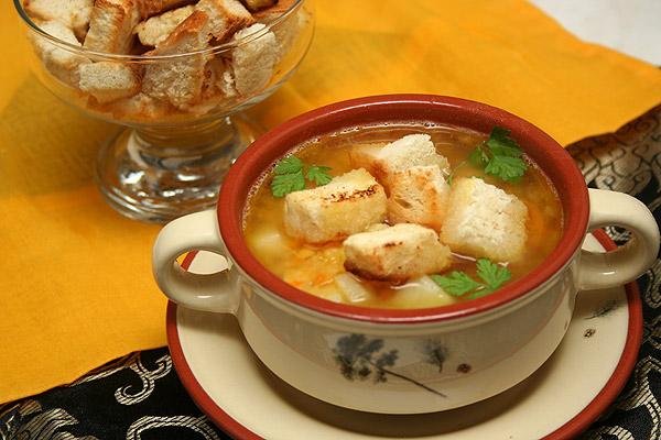 Гороховый суп с ребрышками и гренками