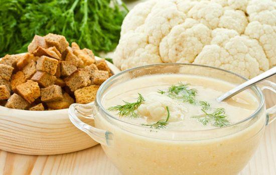 Куриный суп-пюре с сырными гренками и цветной капустой