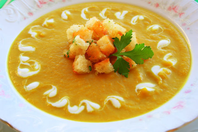 Куриный суп с сухариками и тыквой