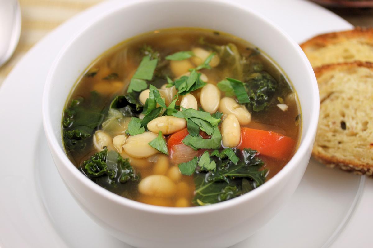 Фасолевый суп с грибами и сметаной